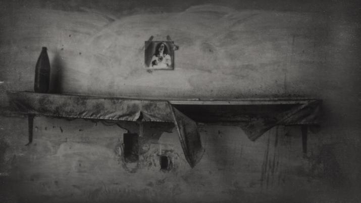 La casa<br/>Fotografía analógica con tratamiento en la copia de papel fb / Analogic photograph treated print.