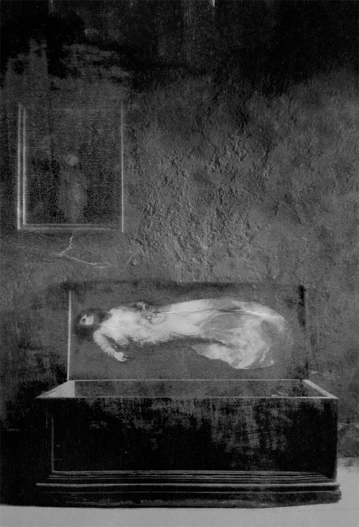 Veru Iché. Señorita abuela duerme 27 dias<br/>Fotografía analógica con tratamiento en la copia de papel fb / Analogic photograph treated print.