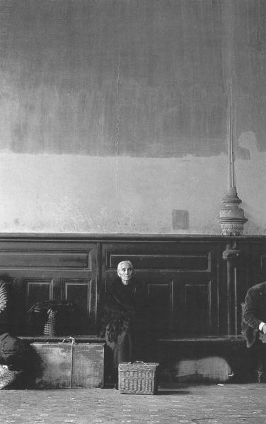 Anciana en la estación de Atocha. Madrid,1957-<br/>Gelatina de plata / Silver Gelatin