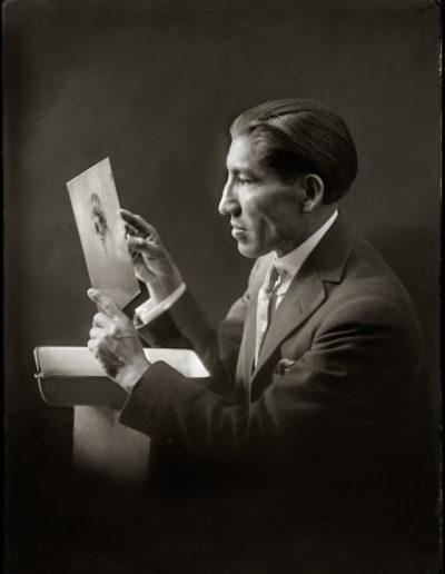Autoretrato mirando placa, 1928<br/>Gelatina de plata / Silver gelatin print
