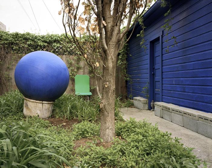 Blue ball blue wall. Chicago, 2003<br/>Impresión digital