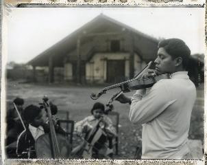 Bolivie, Santa Ana. Le professeur de violon, 2010<br/>Impresión de tintas de pigmentos / Inkjet