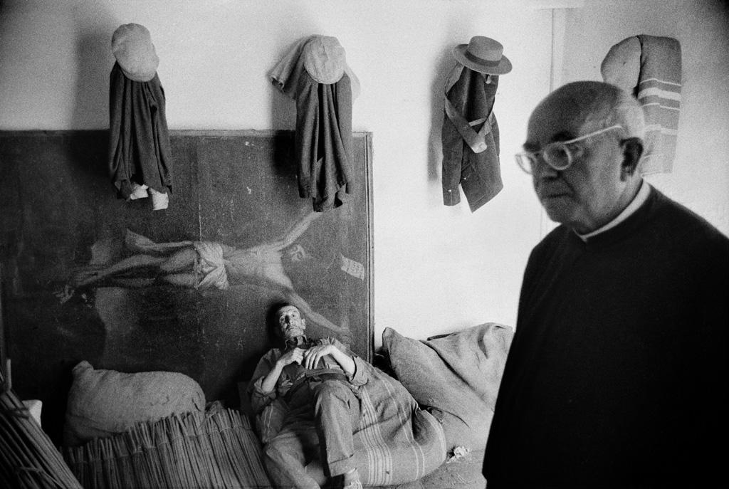 Cristo yacente, El Rocío, ca. 1955 - 1965<br/>Gelatina de clorobromuro de plata con tratamiento de archivo al selenio / Silver gelatine with archival selenium treatment