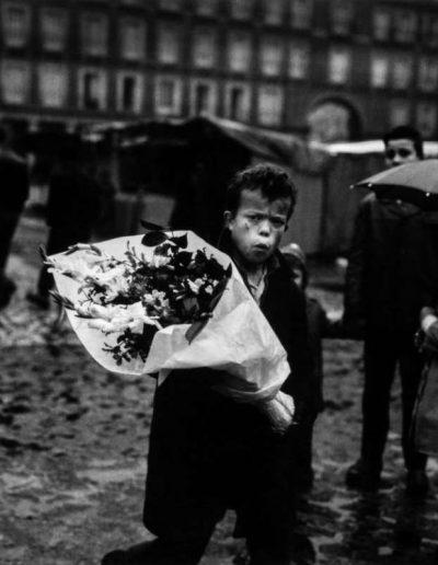 Chico con ramo de flores. Plaza Mayor Madrid,1959.<br/>Gelatina de plata / Silver Gelatin