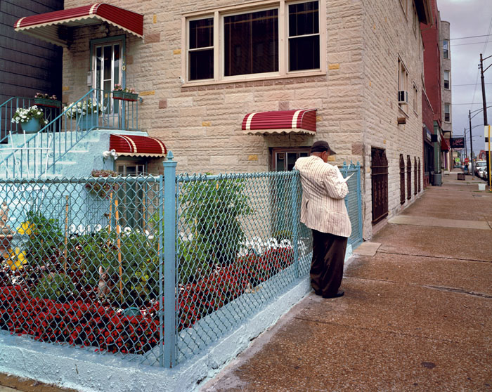 Man reading garden. Chicago, 2000<br/>Impresión digital