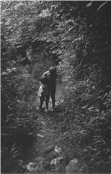 Niños en el camino Sobrepiedra. Asturias, 1968<br/>Gelatina de plata / Silver Gelatin