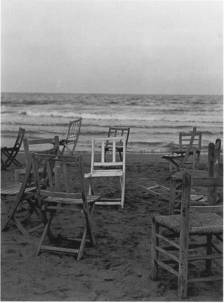 Sillas en la playa, La Malvarrosa. Valencia, 1956<br/>Gelatina de plata / Silver Gelatin