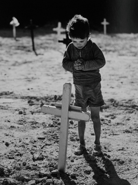 ¿Cómo entender la muerte tan temprano?,  Fosa común de Montjuich, Barcelona, 1963<br/>Gelatina de plata / Silver Gelatin