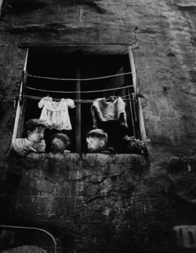 La inocencia en la ventana. Calle de los Semoleres. Barcelona, 1965<br/>Gelatina de plata / Silver Gelatin