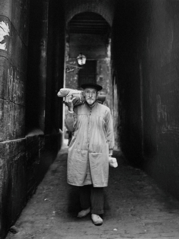 El repartidor de papel. Calle del Malcuinat. Barcelona, 1962<br/>Gelatina de plata / Silver Gelatin