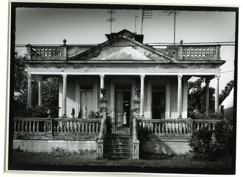 La mujer de la casa colonial<br/>
