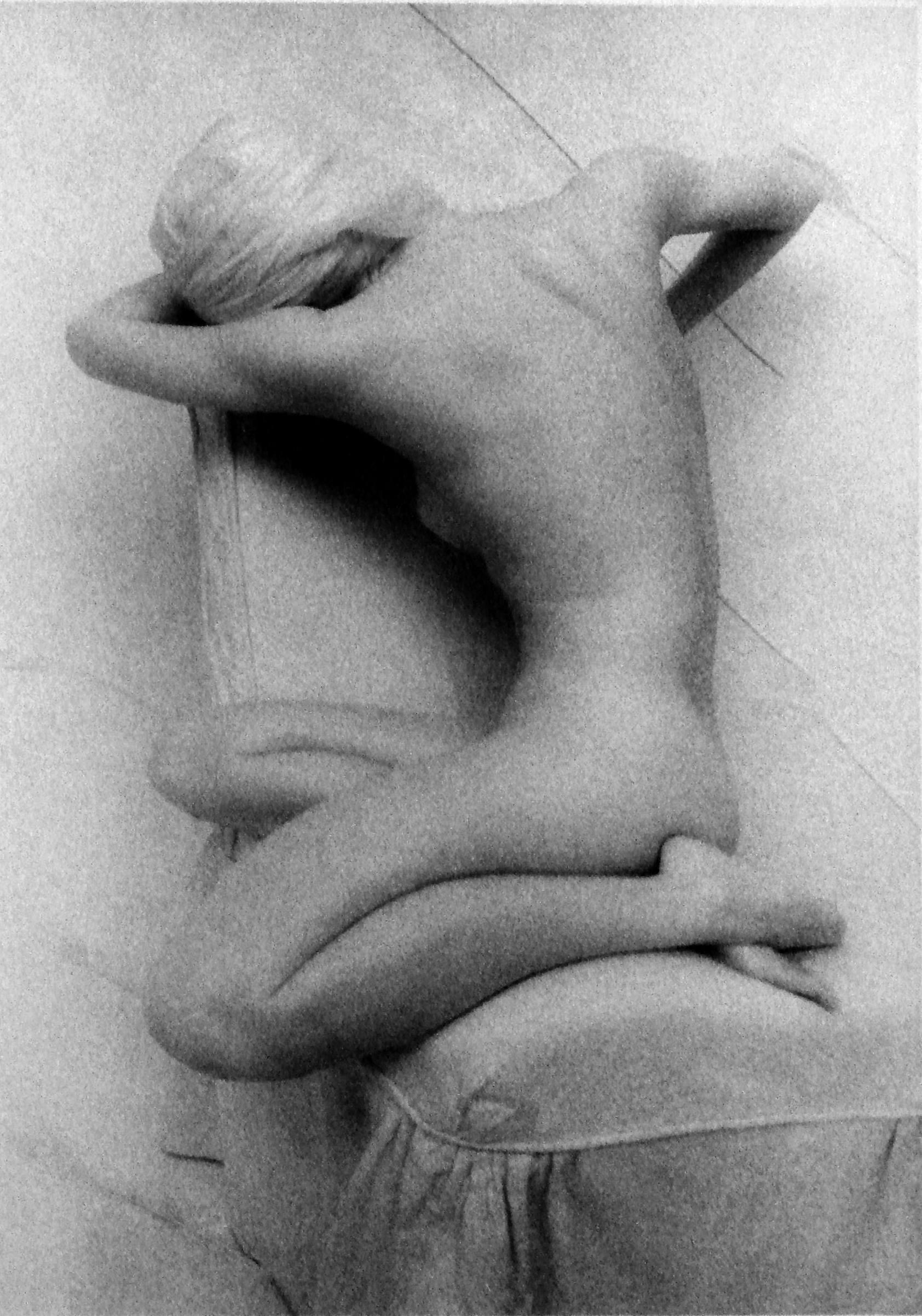 Lynn Bianchi. Seated Woman _ 1, 1997. Gelatina de Plata virada al oro. 7 x 5 pulgadas<br/>