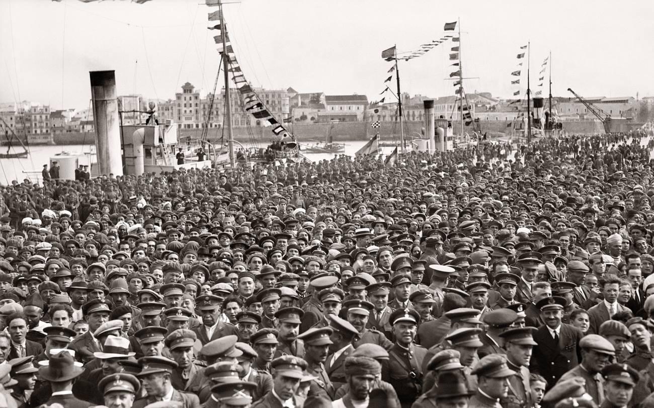 Bartolomé Ros y Ros. La multitud en el muelle Alfonso XII escucha el discurso del Director del Puerto, 1928<br/>