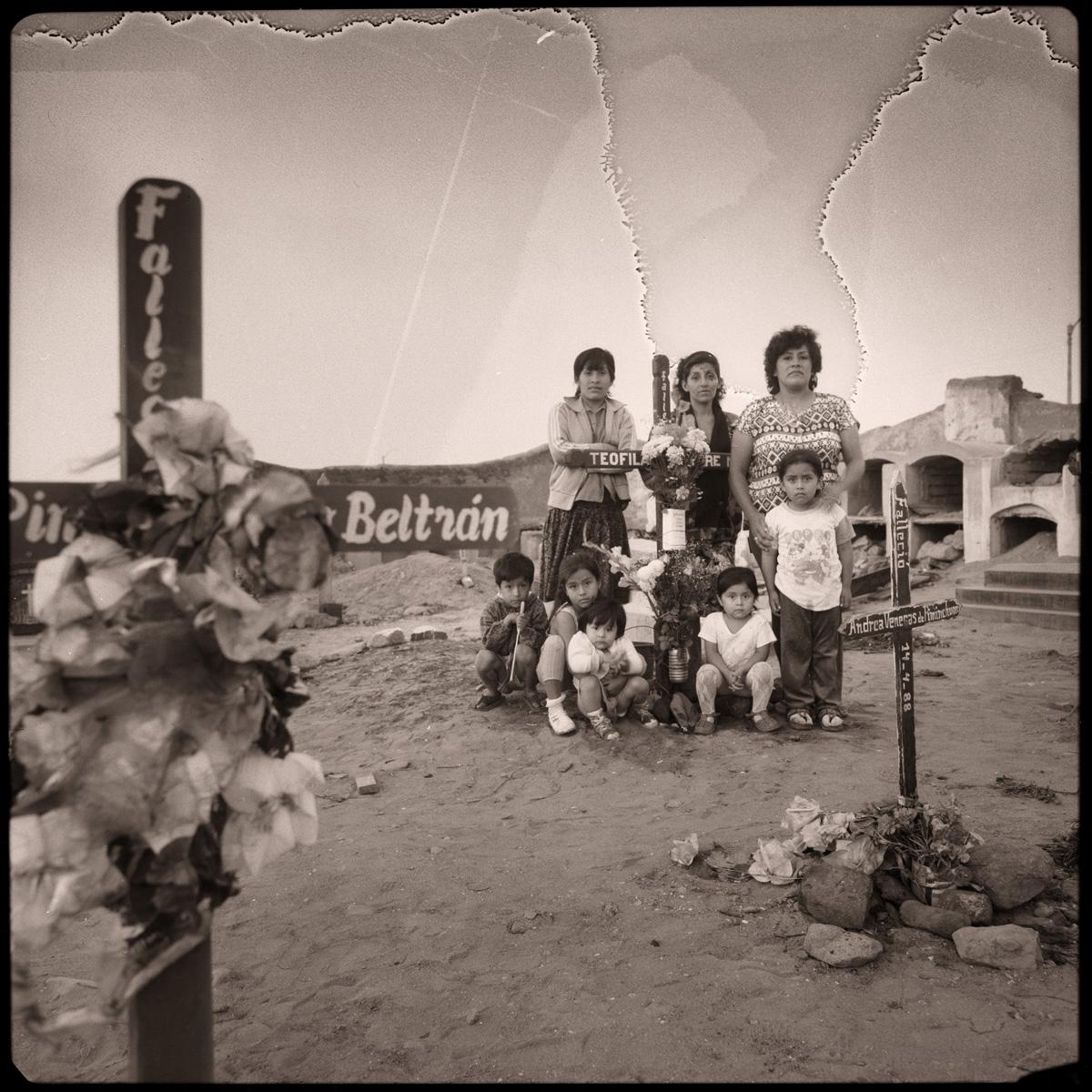 Cementerio de Huanchaco, 1995<br/>Virado de oro / Golden Toner