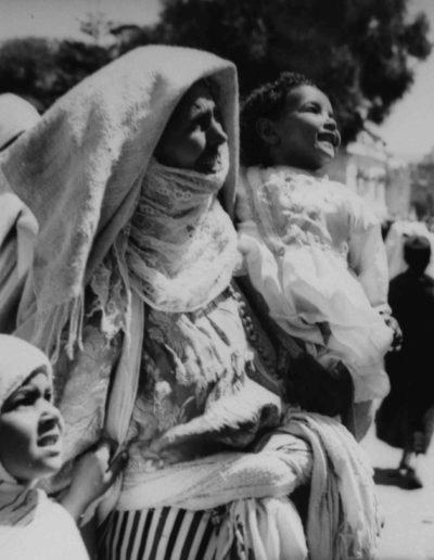 Nicolás Muller. Madre con niños. Marruecos, 1944<br/>Gelatina de plata