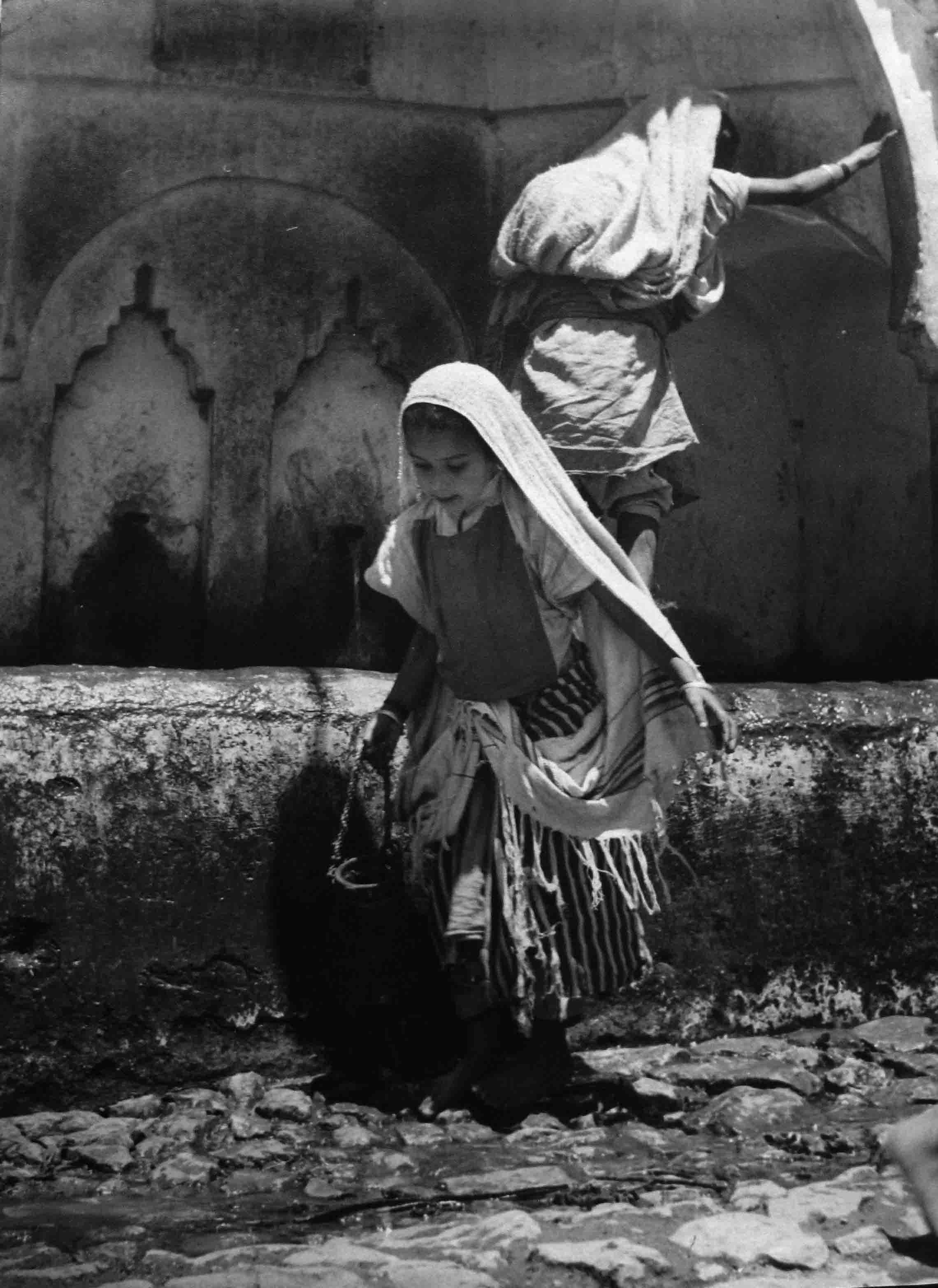 Nicolás Muller. Dos niñas en la fuente. Marruecos, 1942<br/>Gelatina de plata