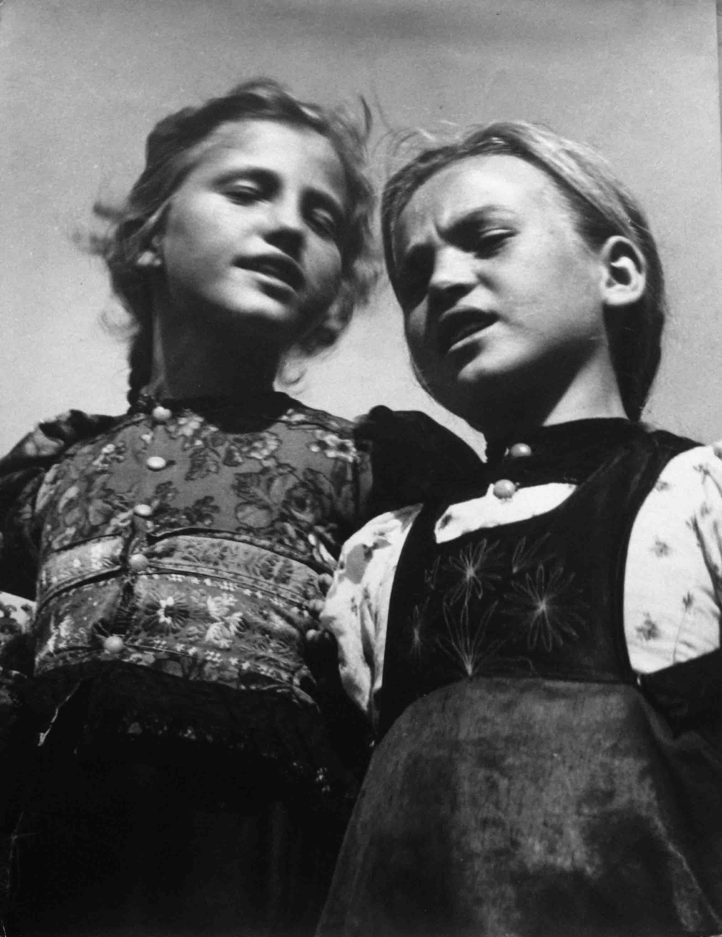 Nicolás Muller. Dos niñas cantando. Hungría, 1938<br/>Gelatina de plata