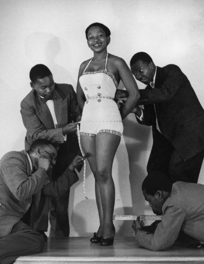 Measuring up for Drum Cover, 1955<br/>Gelatina de plata / Silver gelatin