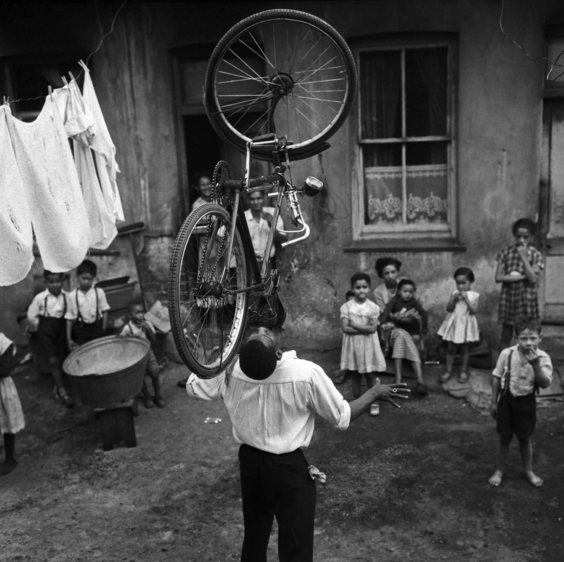 Bycicle Balance, Sophiatown, 1955<br/>Gelatina de plata / Silver gelatin
