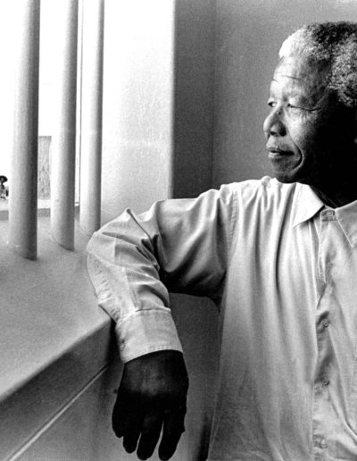 Mandela revisits his cell on Robben Island, 1994<br/>Gelatina de plata / Silver gelatin