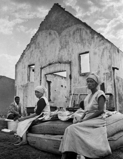 Waiting for the trucks, Sophiatown removals, 1959<br/>Gelatina de plata / Silver gelatin