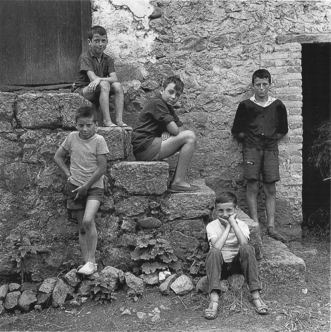 Gabriel Cualladó. Niños en la escalera. Asturias, 1964<br/>