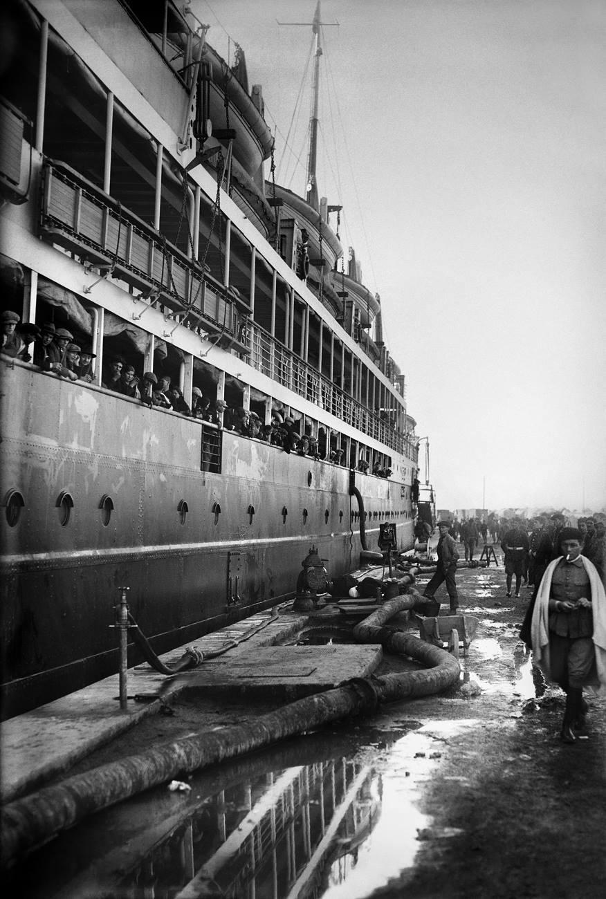 Bartolomé Ros y Ros. Trasatlántico atracado en el Muelle España, Puerto de Ceuta, 1925<br/>