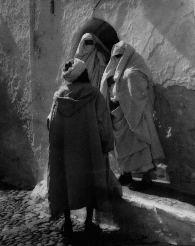 Charla en la puerta. Marruecos, 1942<br/>Gelatina de plata / Silver gelatin print