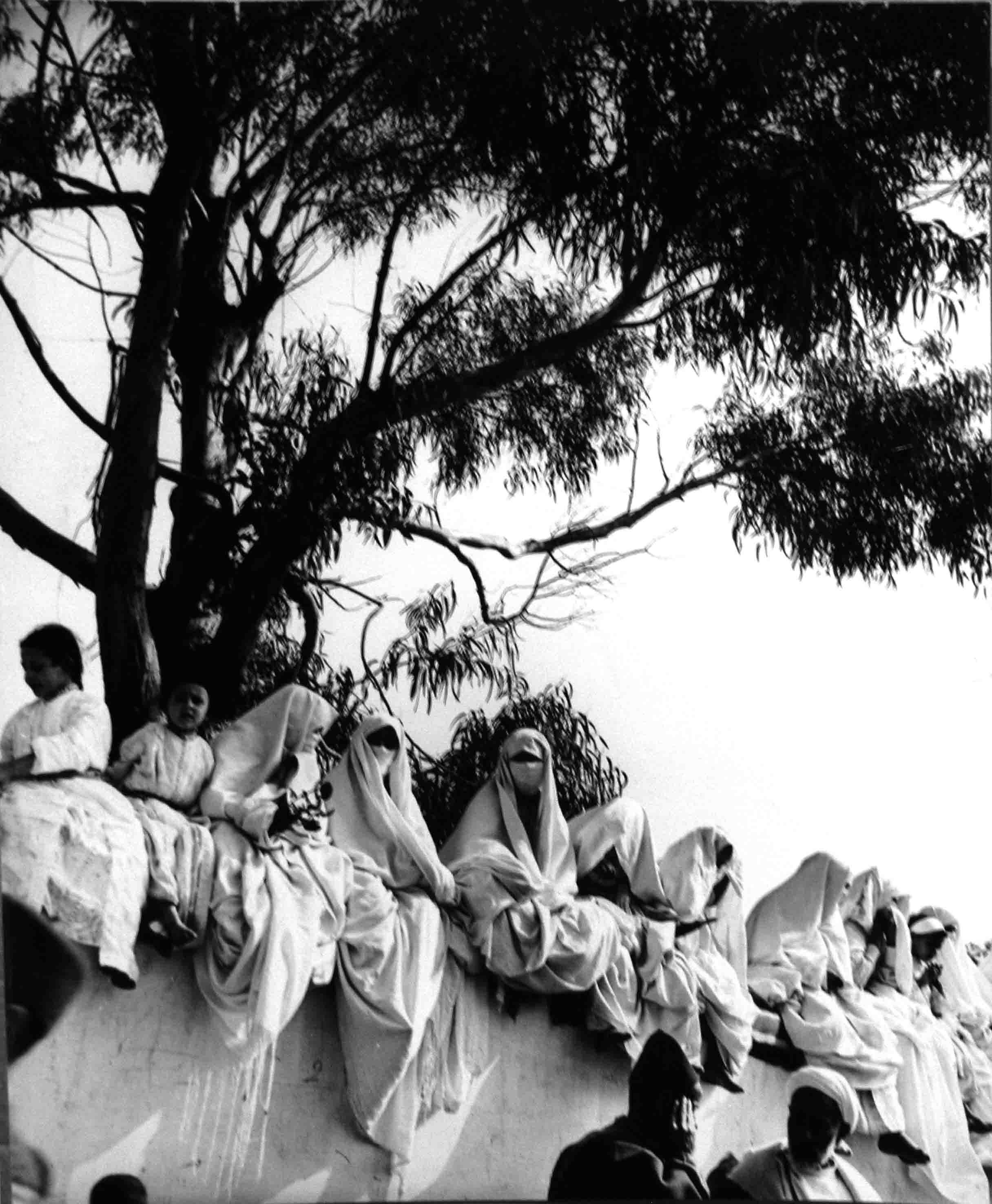 Mujeres sobre muro. Tanger, 1942<br/>Gelatina de plata / Silver gelatin print
