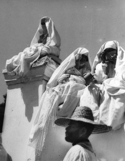 Mujeres y hombre con sombrero. Marruecos, 1942<br/>Gelatina de plata / Silver gelatin print
