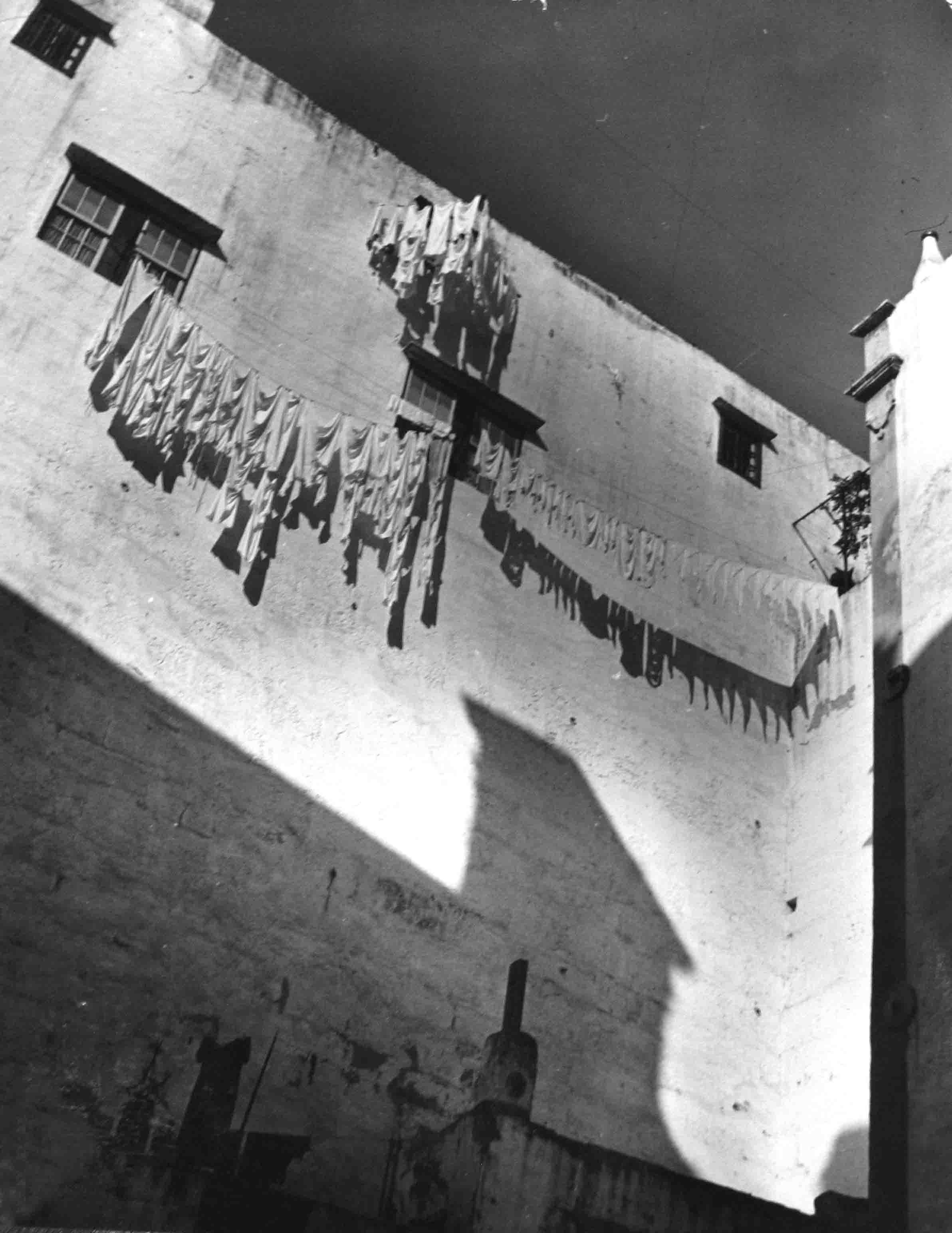 Ropa tendida al sol. Francia, 1939<br/>Gelatina de plata / Silver gelatin print