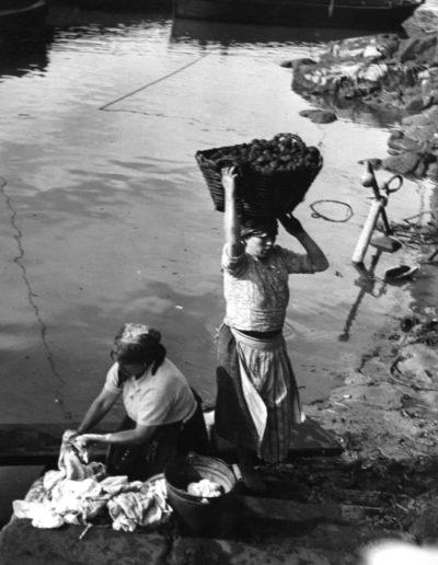 Lavandera y mujer cargando carbón. Portugal, 1939<br/>Gelatina de plata / Silver gelatin print