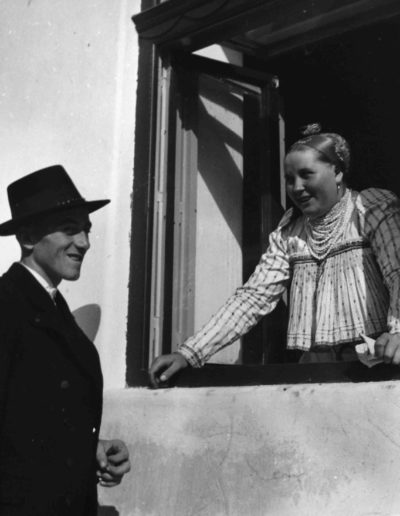 Pareja hungara en la ventana, 1936<br/>Gelatina de plata / Silver gelatin print