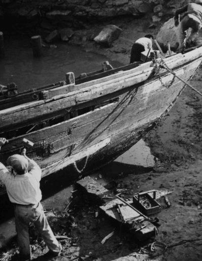 Hombres reparando un barco. Oporto, Portugal<br/>Gelatina de plata / Silver gelatin print