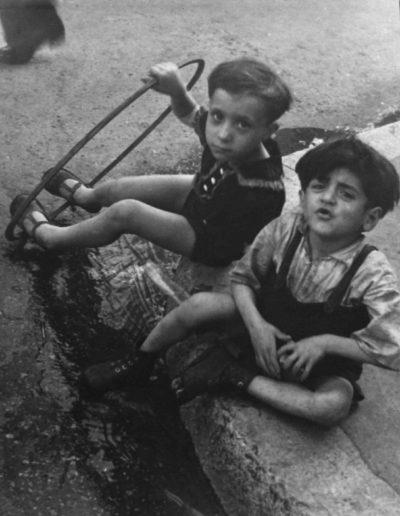 Niños con aro. Francia, 1938<br/>Gelatina de plata / Silver gelatin print
