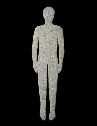 Anatomías 7<br/> Caja de madera y escultura en cerámica en frío. 2018. 63 ́5 x 193 x 6 cm