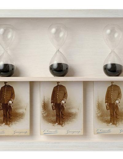 La espera<br/>Caja de madera, fotografías encontradas y objetos. 2018. 47 x 36 x 7 cm