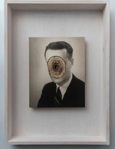 Biografía<br/> Caja de madera, fotografía encontrada y libro quemado. 2018. 47 x 36 x 7 cm