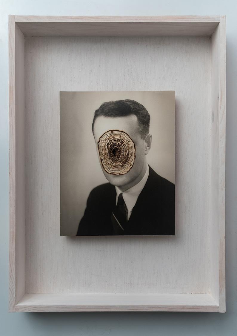 Biografía<br/>Caja de madera, fotografía encontrada y libro quemado. 2018. 47 x 36 x 7 cm