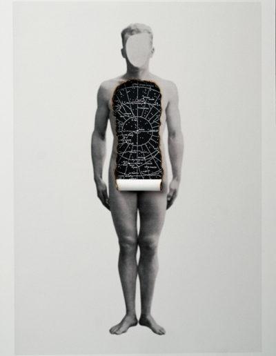 Cuerpos 13<br/>Caja de madera, fotografía impresa sobre papel Canson Edition blanco natural 250 gr. intervenida en pirograbado y mapa celeste . 27,5 x 38 cm. Ed.: Única / Unique