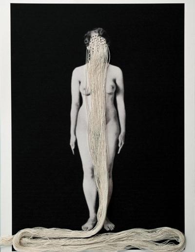 Cuerpos 16<br/>Caja de madera, fotografía impresa sobre papel Canson edition blanco natural 250gr. e hilo. 27 ́5 x 38 cm