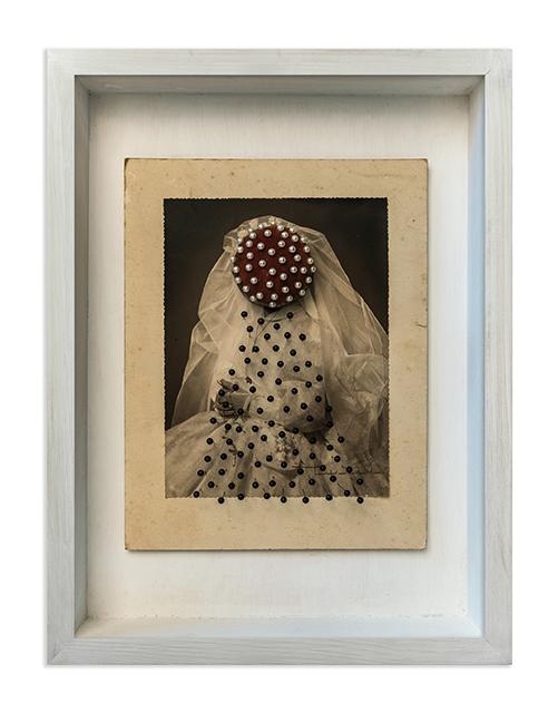 Resolución<br/>Caja de madera, fotografía encontrada y alfileres. 2018. 47 x 36 x 9 cm
