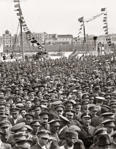 La multitud en el muelle Alfonso XIII escucha el discurso del Director del Puerto, D.José E. Rosende Martínez, 1928<br/>Gelatina de plata / Silver gelatin