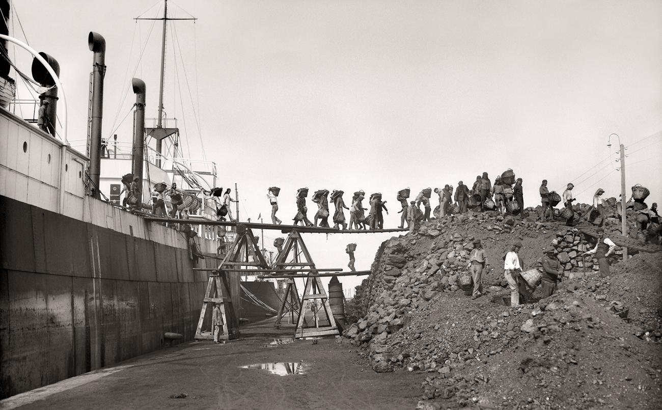 Los cargadores de carbón. Puerto de Ceuta, 1928<br/>Gelatina de plata / Silver gelatin
