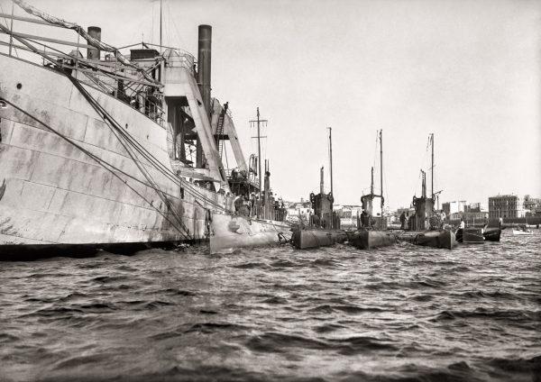 Submarinos abarloados a un uque de guerra durante la concentración de la armada hispano-francesa para el desembarco de Alhucemas, 1925<br/>Gelatina de plata / Silver gelatin