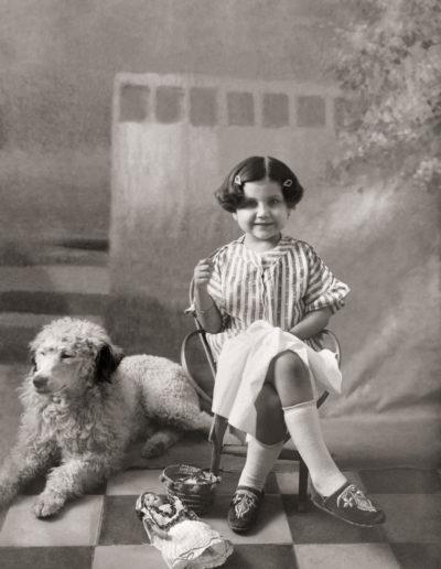 Isabel Ros, hna. del fotógrafo, con el perro Borracho, 1920<br/>Gelatina de plata / Silver gelatin