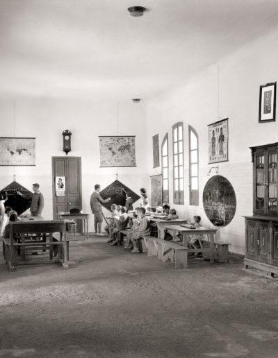 Grupo escolar de la Legión. Clase de párvulos. Ceuta. ca. 1928<br/>Gelatina de plata / Silver gelatin