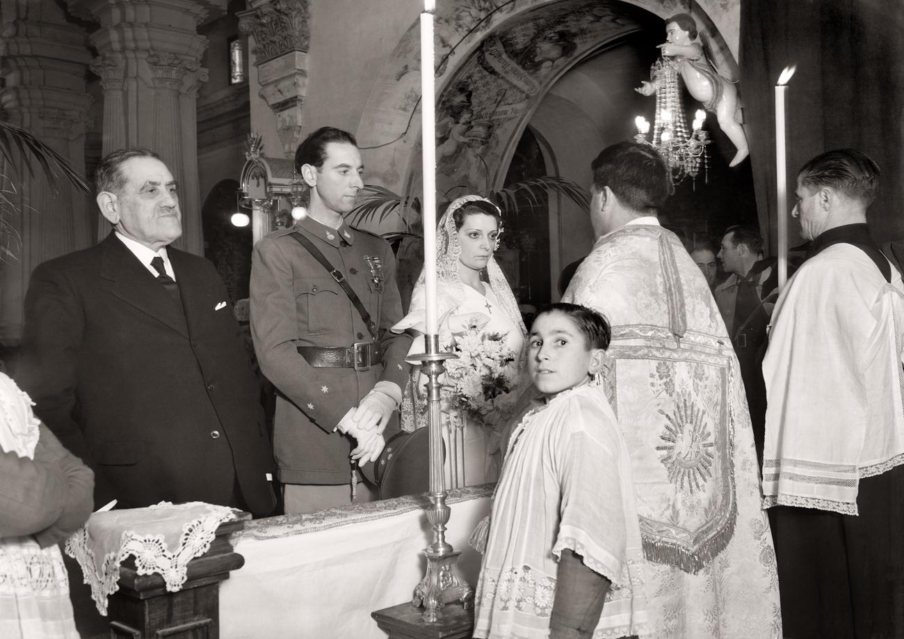 Boda en la Iglesia de Nuestra Señora de África. Oficia el padre Perpén.<br/>Gelatina de plata / Silver gelatin