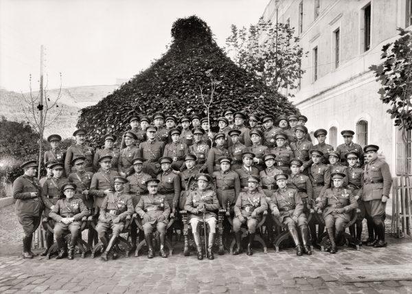 La oficialidad del Regimiento de Infantería de Ceuta, entonces nº60, delante del Cuartel de la Reina. Ceuta, 1924.<br/>Gelatina de plata / Silver gelatin