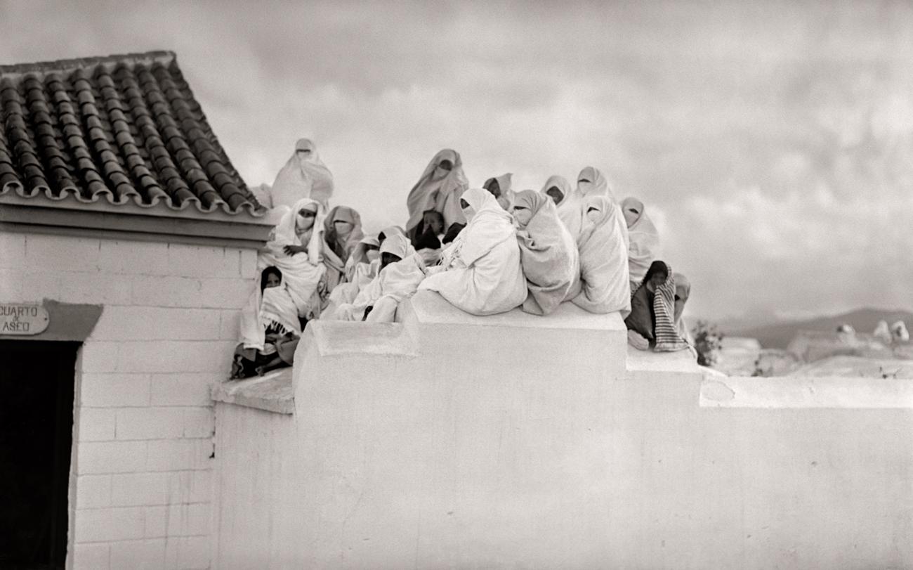 Grupo musulmanas viendo comitiva Reina María de Rumanía, ca. 1929<br/>Gelatina de plata / Silver gelatin